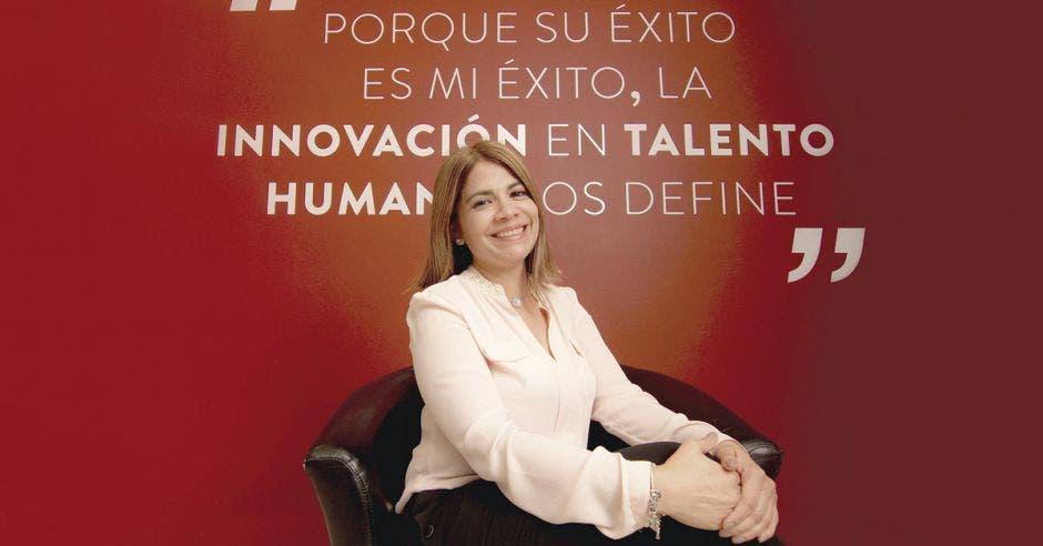 Ivannia Murillo sentada en las oficinas de Search