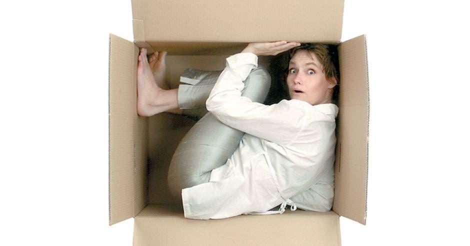 Mujer ejecutiva dentro de una caja de cartón