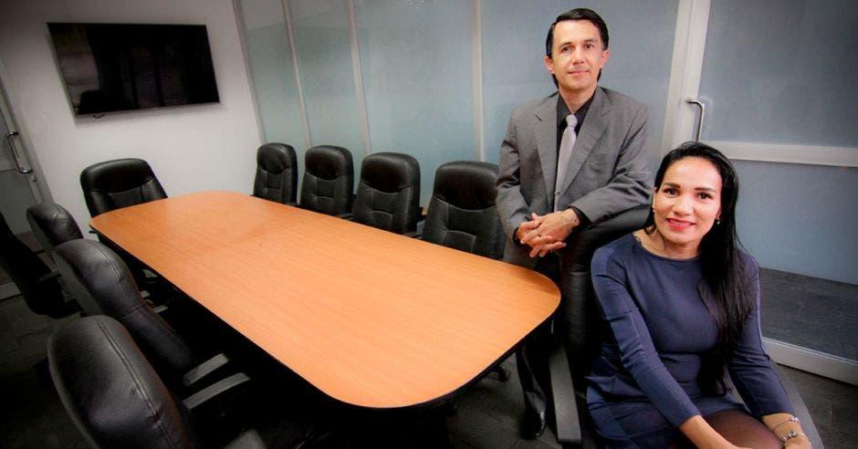 Sugeyny Gamboa, directora de Asuntos Corporativos de Coopecaja y Óscar Aguilar, jefe de crédito de la entidad