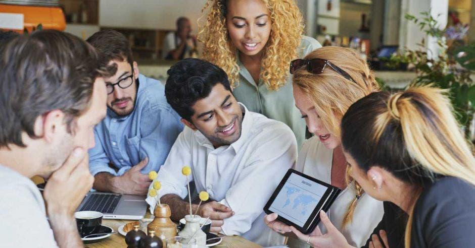 Un grupo de jóvenes ve información de una tablet