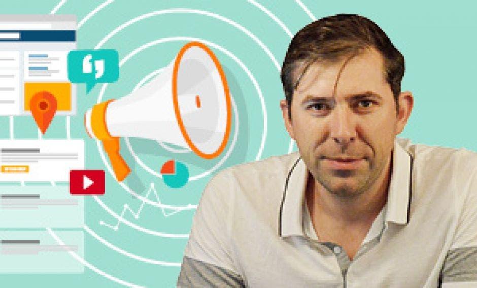 El autor del blog Manuel Olivier con unos emoticones de megáfono y logos de Youtube, y Facebook de fondo