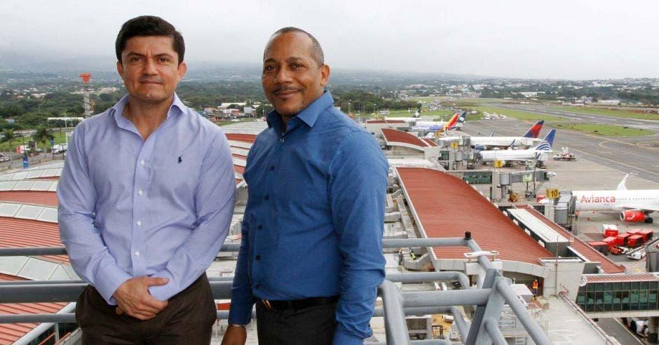 Esteban Vargas, gerente de Edificaciones de Aeris, junto a Juan Belliard, director de Operaciones y Seguridad de Aeris
