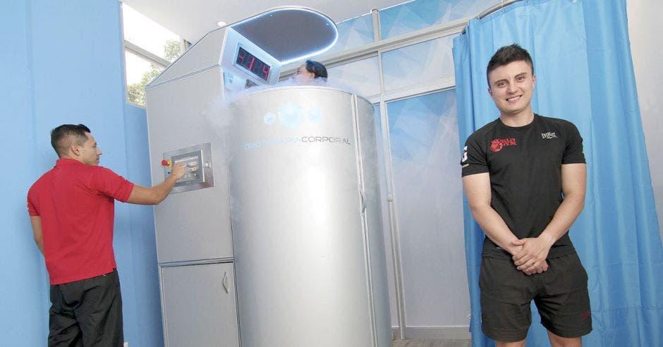 Andy Rodríguez, coordinador fitness de World Gym muestra el funcionamiento de la cámara de crioterapia. Gerson Vargas/La República