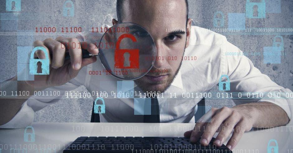 Hombre buscando con lupa en computadora