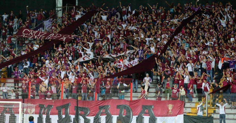 El Clásico Nacional les dio un fuerte impulso a los morados quienes llenaron el Estadio Ricardo Saprissa.  Univisión/La República