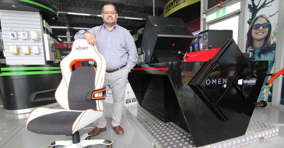Carlos Fernández, gerente de Comunicación de Tiendas Monge posa con los accesorios para gamers