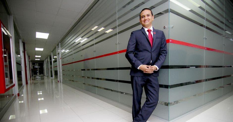 Luis Iván Ortiz posa en las oficinas centrales de Claro