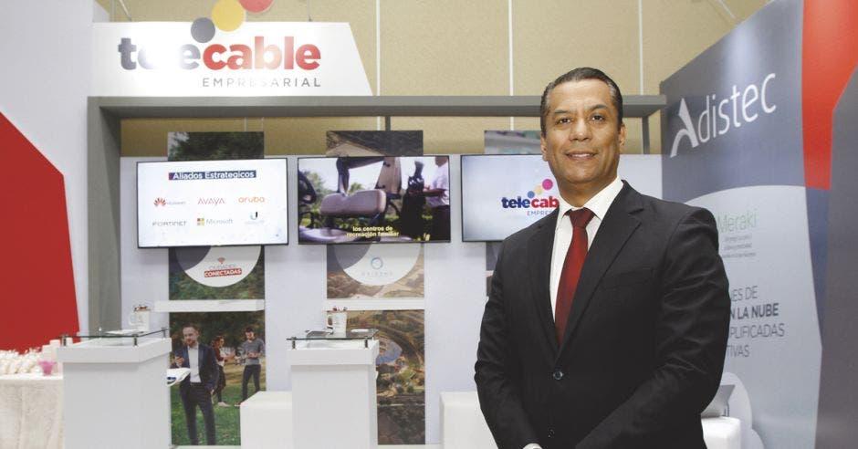 Sergio Sánchez posa en un stand de Telecable en la Expo IT Comm
