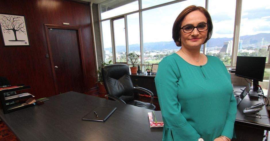 Irene cañas posa en su oficina en las oficinas centrales del ICE