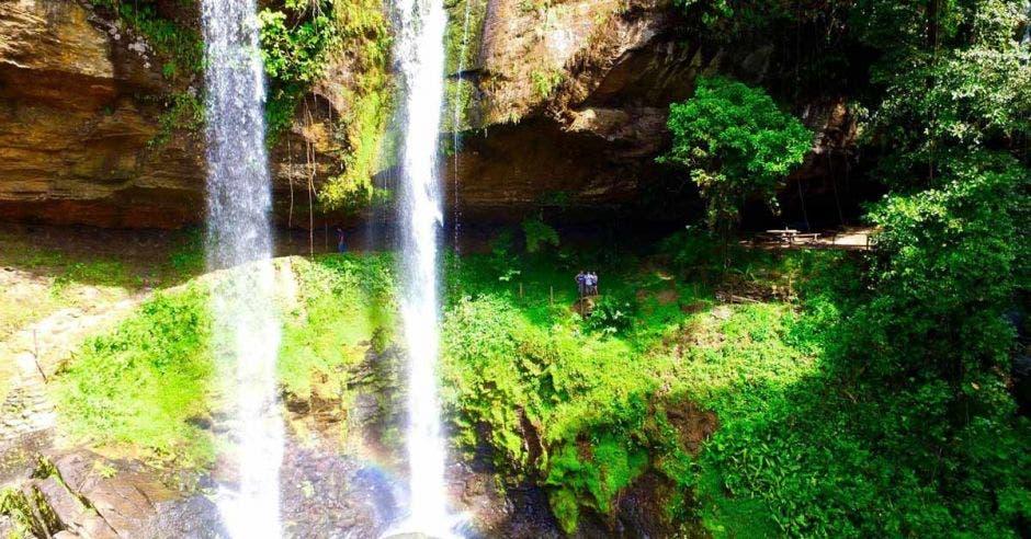 La gran roca natural crea una cueva que se esconde detrás de la caída de agua. Cortesía Pacific Journeys/La República