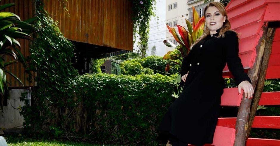 La creadora del negocio Carmen Avendaño Villalobos posando con un atuendo negros con un fondo de naturaleza