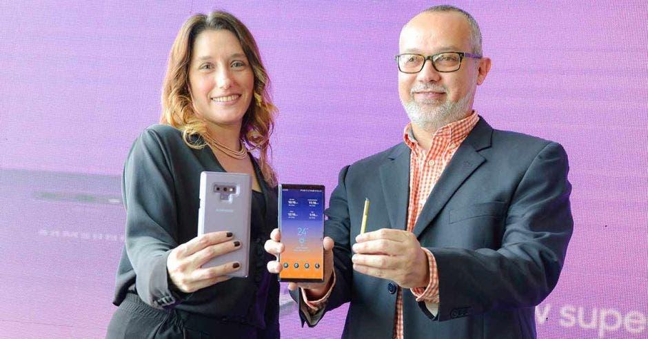 Fiorella Barrenechea, gerente de Mercadeo de Samsung Costa Rica y Mauricio Quesada, gerente comercial de Móviles, presentaron en agosto anterior el Samsung Galaxy Note 9.