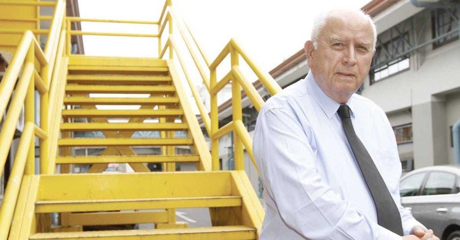 Rodolfo Mendez posa en unas escaleras amarillas