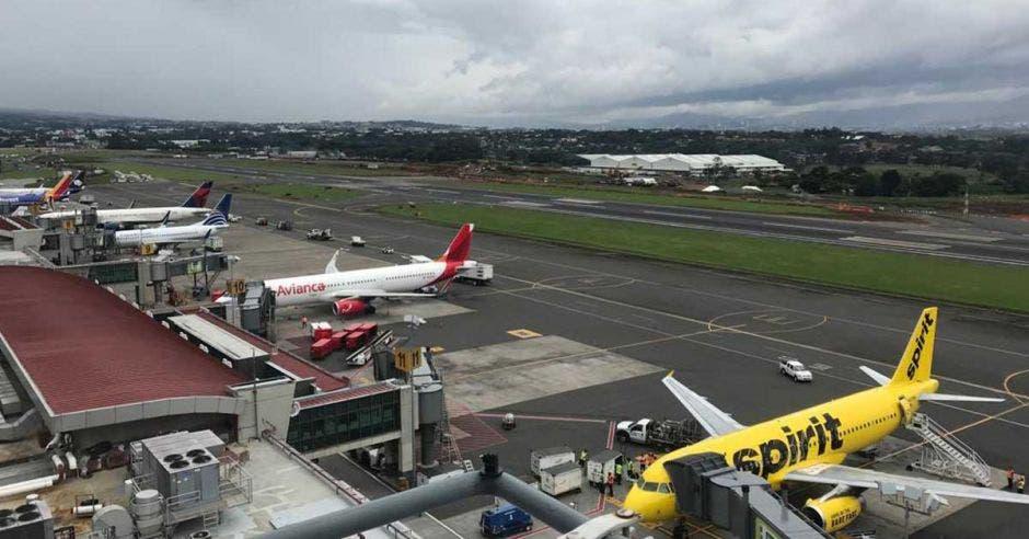 pista de aterrizaje y aviones estacionados
