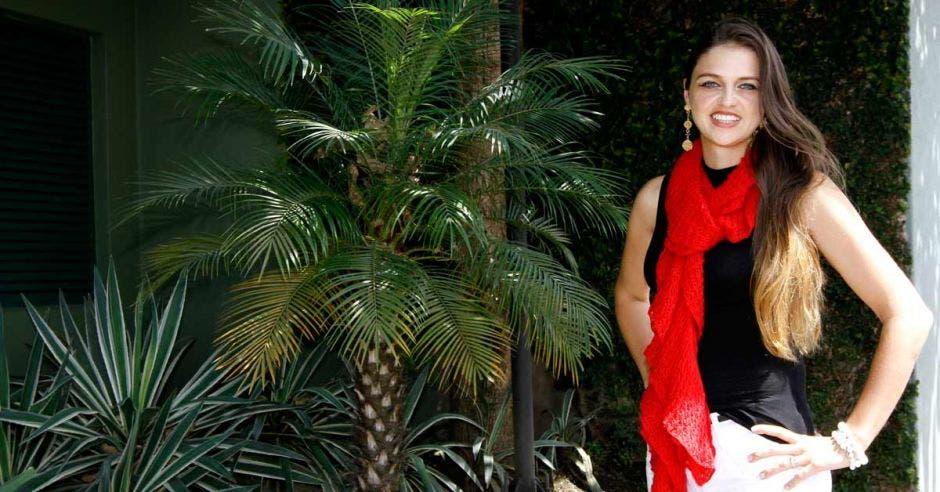 Kattia Rojas posa en un jardín en San Pedro