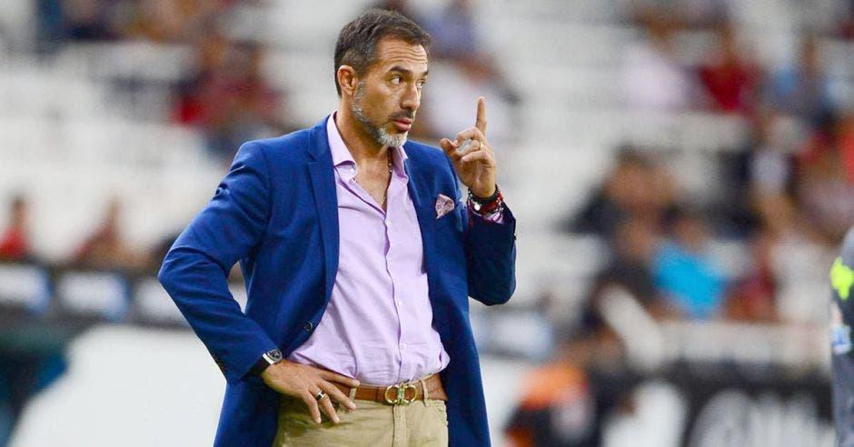 A Gustavo Matosas le gustaría tener una charla de fútbol con el extécnico de la Selección, Óscar Ramírez. Archivo/La República
