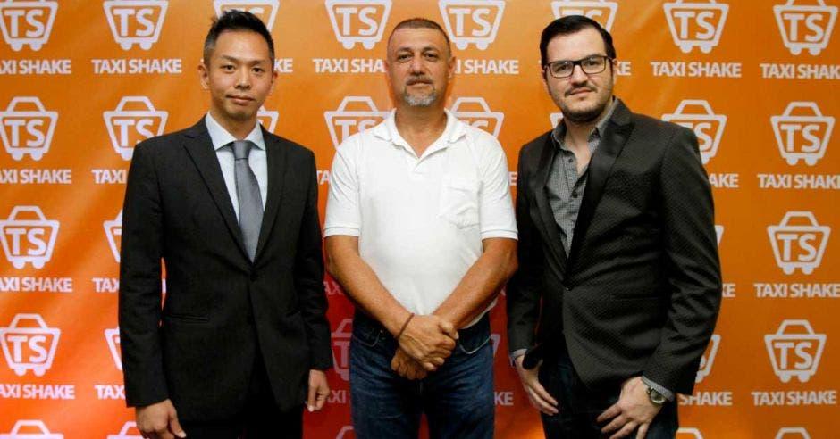 Allen Chang, vocero de Taxi Shake; Mauricio Rodríguez, representante de la Fuerza Roja, y Pablo Marín, gerente de Publicidad y Medios de la compañía