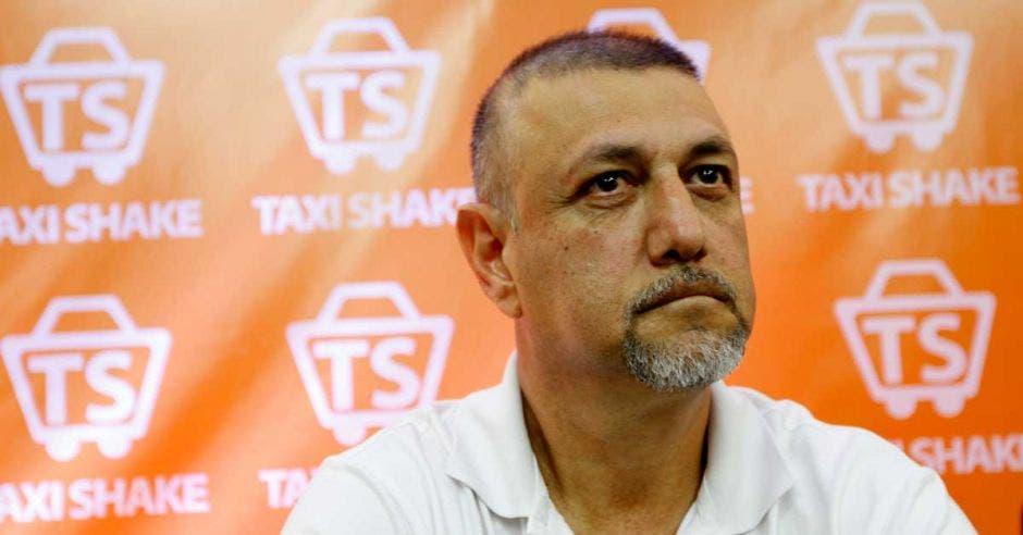 Mauricio Rodríguez, representante de la Fuerza Roja, sobre un fondo anaranjado