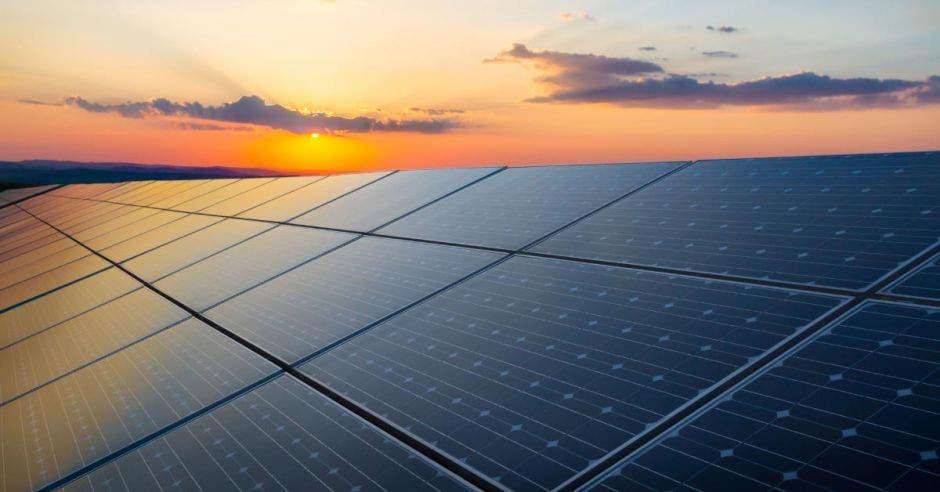Un panel solar durante un atardecer