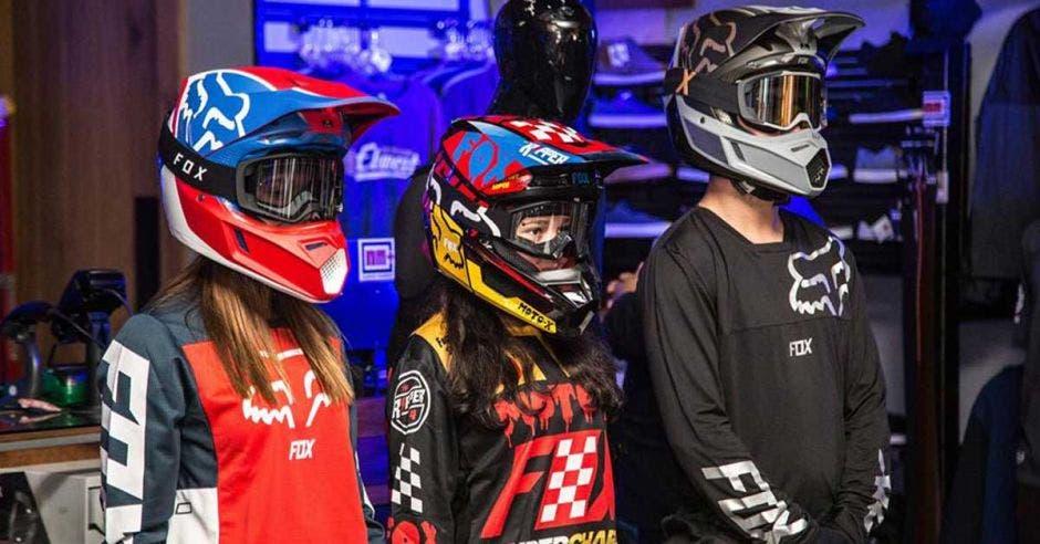 Tres jóvenes modelaron los nuevos accesorios y ropa. Cortesía FOX Racing Costa Rica/La República