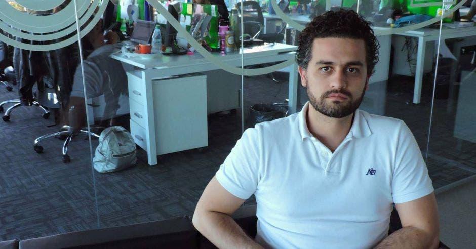 Camilo Gutiérrez posa en una silla en su oficina.