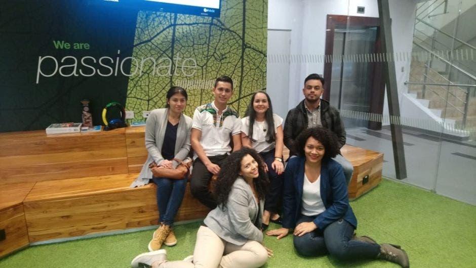 Siete jóvenes posan en las oficinas de Bayer
