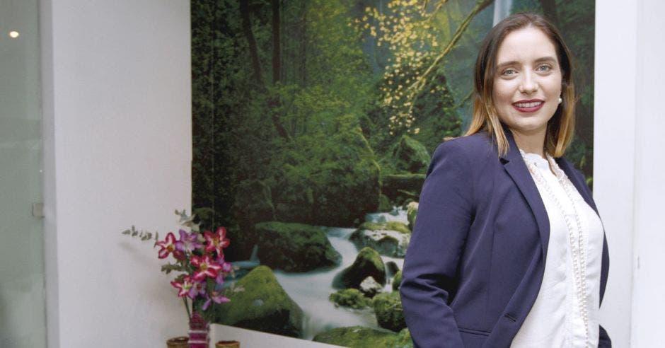 Grettel Vega posa junto a un cuadro en las oficinas del Sinac