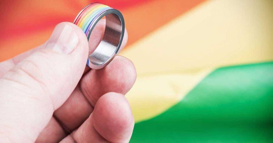 anillo y detrás una boda gay