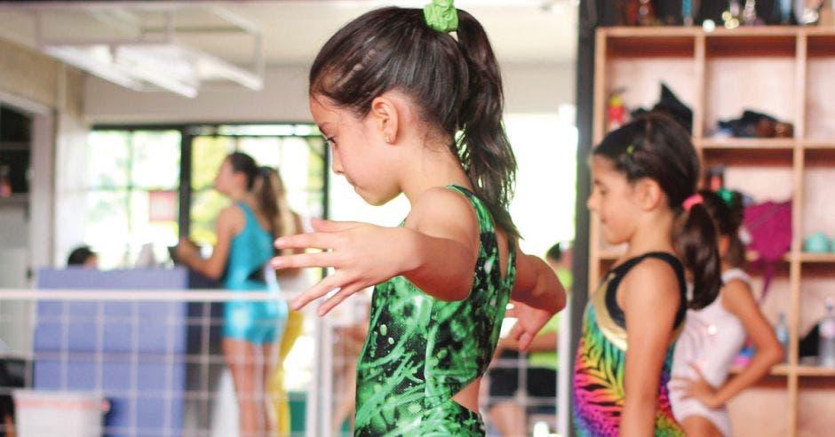 Dos niñas practicando gimnasia