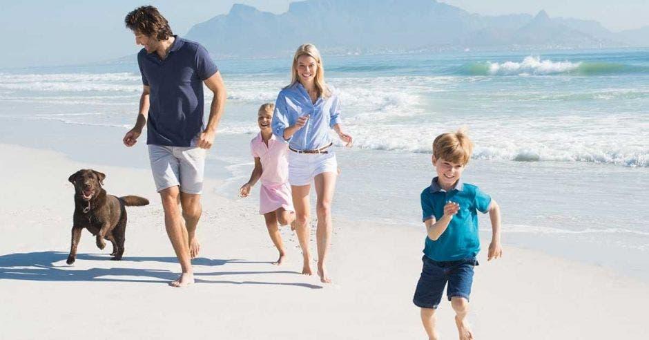familia en la playa con un perro