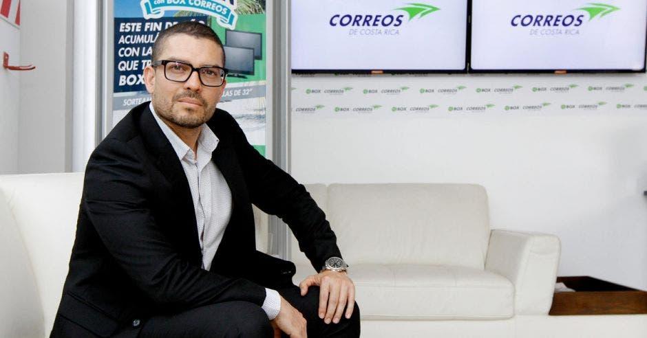 Jorge Solano posa junto a un par de pantallas en Correos de Costa Rica en Zapote