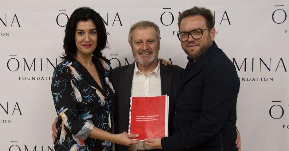 Salvador Rueda junto a la directora y el presidente de la fundación OMINA