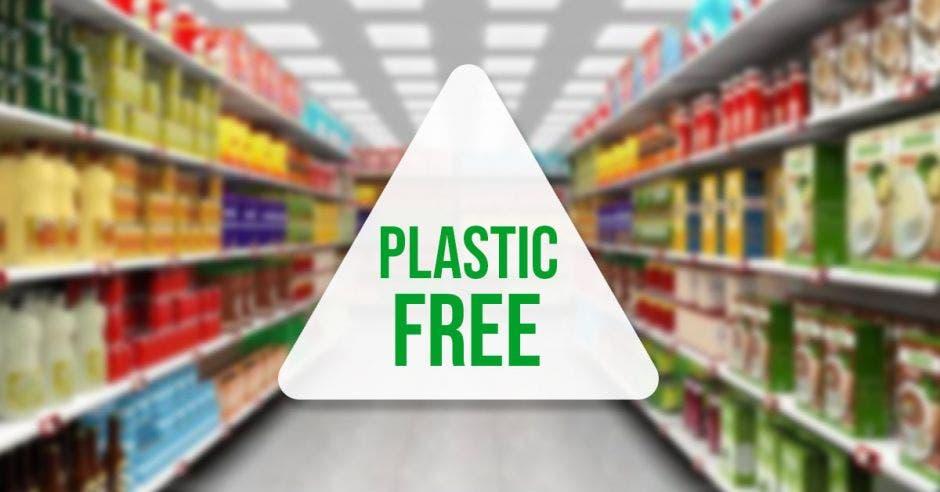 """Pasillo de supermercado al fondo, con un sello al frente que dice """"Plastic Free"""""""