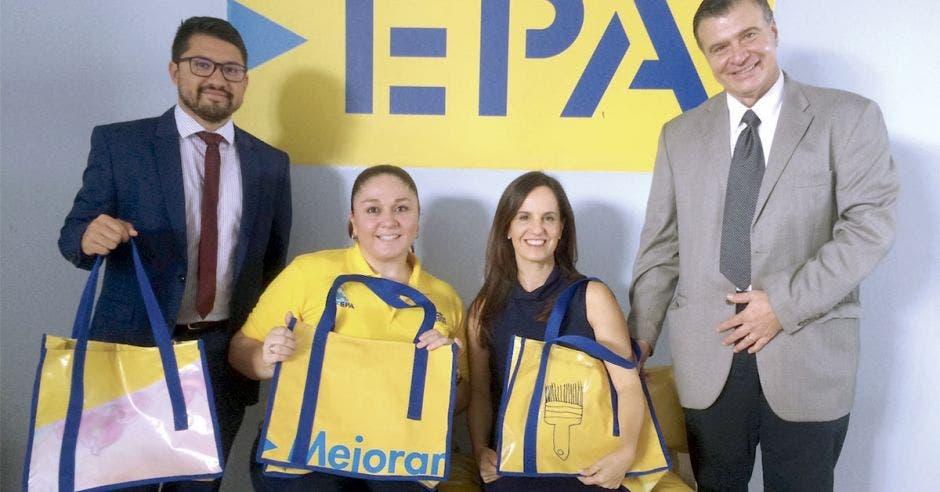 Santiago Bermúdez, vicealcalde de Desamparados; Andrea Aguilar, jefe de Iniciativa Comunitaria de EPA; Adriana Alfaro, directora de Fundación DEHVI, y Javier Coto, presidente junta directiva DEHVI