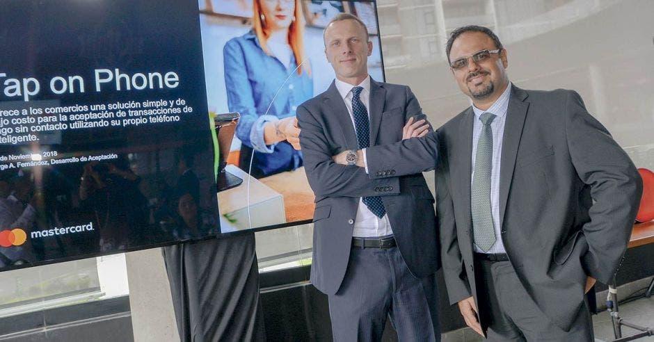 Brice van de Walle, vicepresidente de Aceptación de Productos de Mastercard para Latinoamérica y el Caribe, junto a Jorge Fernández, gerente de Desarrollo de Mercado Mastercard Centroamérica