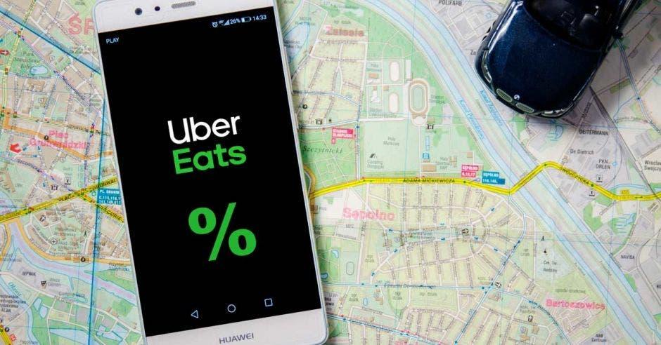 Un teléfono con el logo de Uber Eats.