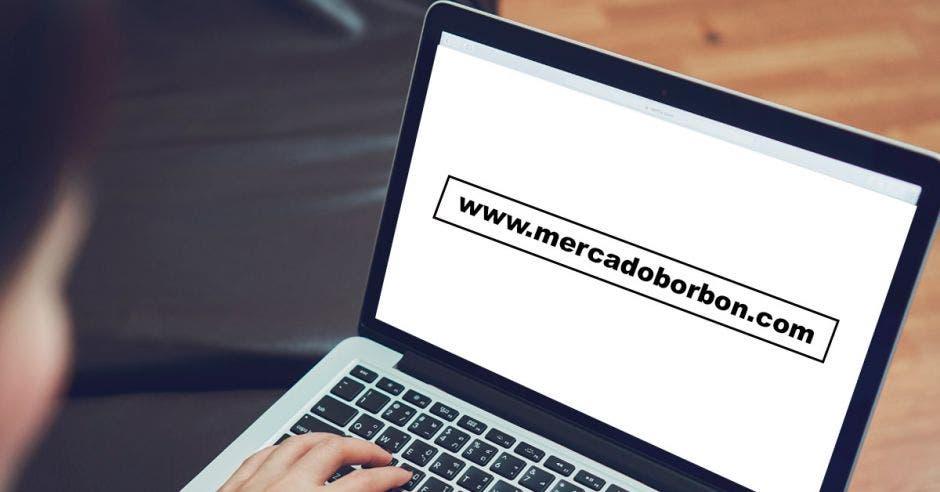 Una computadora con la dirección del sitio web de Mercado Borbón