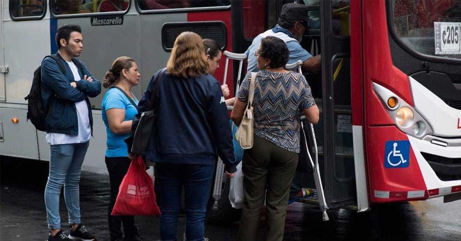 Según los resultados de la encuesta el factor tiempo es uno de los principales problemas que presenta el transporte público según las personas usuarias encuestadas. Cortesía/La República