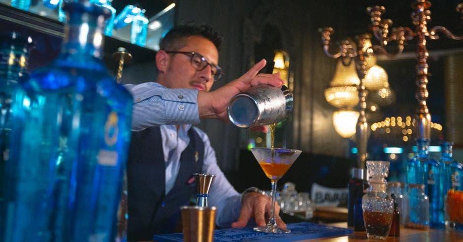 Un bartender sirviendo uno de los cócteles
