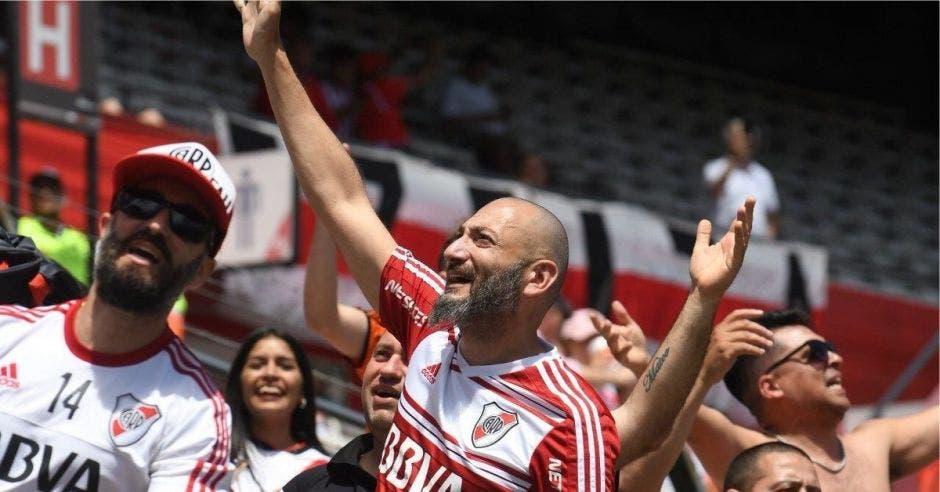 Un aficionado de River Plate grita en las graderías