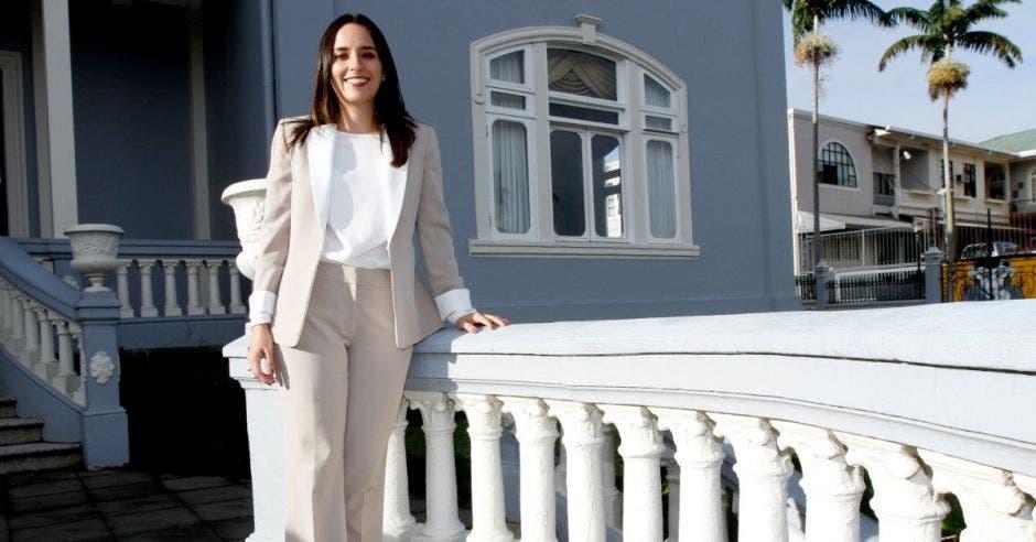 Natalia Díaz posa en los jardines de la asamblea legislativa