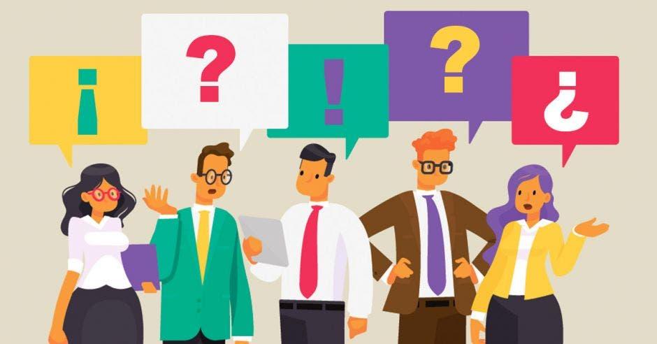Varias personas hablando en el trabajo