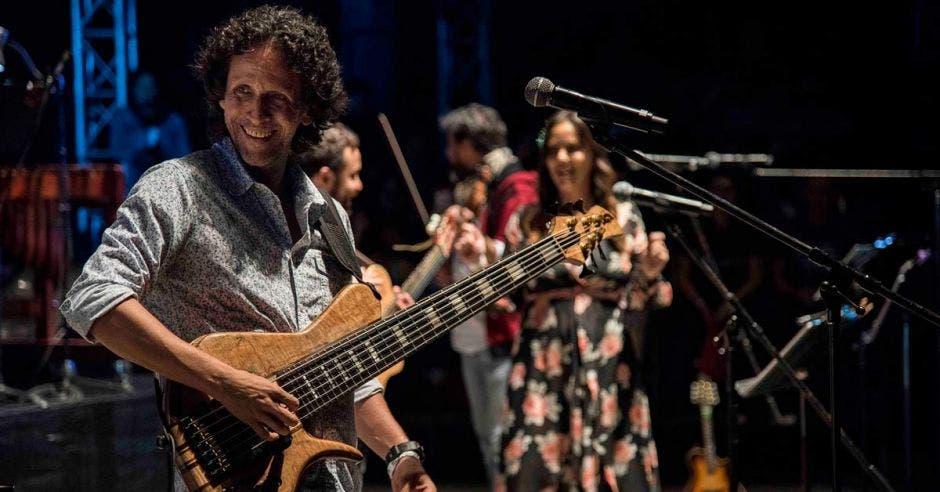 Jaime Gamboa tocando la guitarra en uno de los conciertos