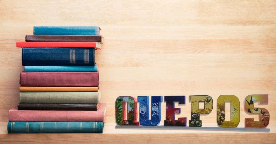 """Un pila de libros al lado de las palabras """"Quepos"""""""
