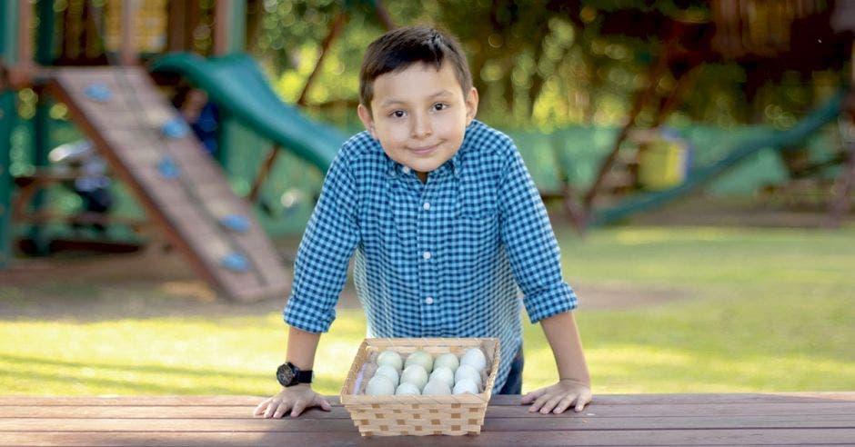 Sergio Mendoza, con una canasta de huevos azules