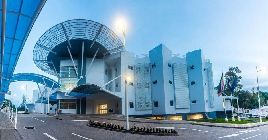El nuevo hospital cuenta con servicio de urgencias, laboratorio y farmacia durante las 24 horas y de domingo a domingo.