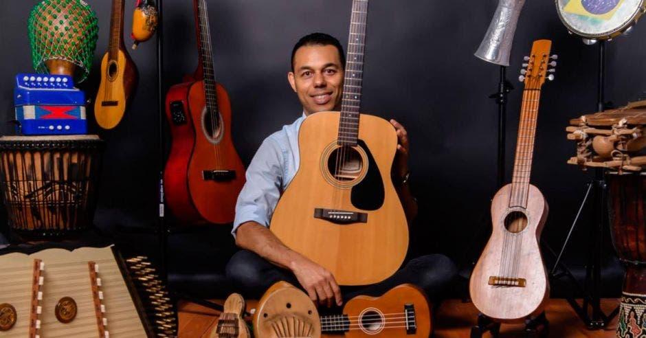 El músico y dueño de Yumê Creative, Alex Marzzo, junto a varios instrumentos de distintas partes del mundo.