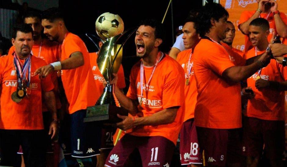 El Deportivo Saprissa festeja la conquista de su corona número 34, luego de derrotar al Herediano desde el punto de penal. Archivo/La República