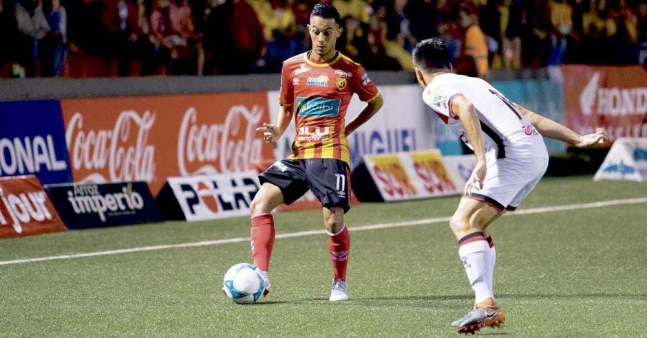 En un duelo parejo, Herediano aprovechó las desatenciones manudas para ponerse arriba en el marcador en la final del Apertura 2018. Facebook Herediano/La República