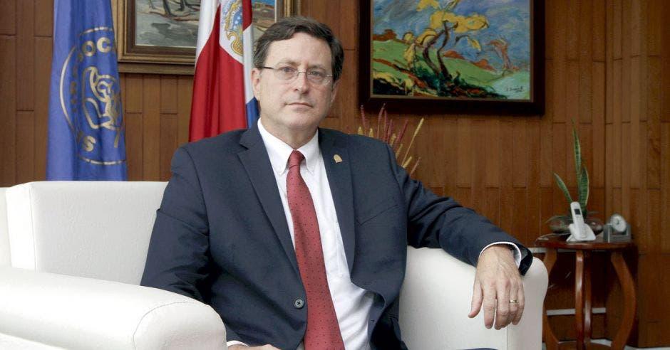 Román Macaya, presidente ejecutivo de la Caja de Seguro Social en su despacho.